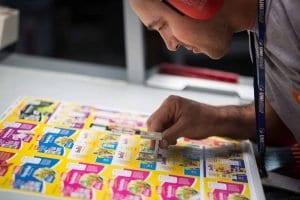 Homem olhando cores de um flyer